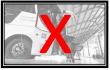 Na imagem, pessoa com deficiência desembarcando utilizando a cadeira de transbordo em um ônibus. Foto em preto e branco. Sob a imagem, a letra x em vermelho.